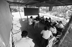 Los estudiantes y maestros en áreas apartadas, para desplazarse a los centros educativos, pasan por dificultades que en ocasiones les ha costado hasta la vida. Foto: Archivo.