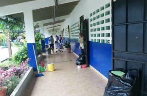 Padres de familia participaron en el operativo de limpieza. Foto: Thays Domínguez.