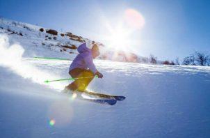 Un joven disfruta de una tarde de esquí. Por lo general, las personas van en grupos.  Foto: Efetur/ Pexels