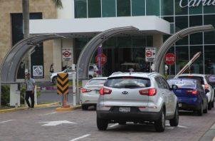 Corte declara inconstitucional proyecto que otorgaba tres horas gratis de estacionamientos a consumidores. Foto: Panamá América.