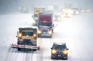 Las carreteras cubiertas de nieve hicieron que el tráfico avanzara lentamente en los Estados Unidos. AP