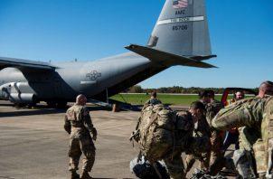 Soldados cargan un vehículo militar a bordo de un Super Hércules C-130J en Fort Knox en Kentucky (Estados Unidos), antes de dirigirse a la frontera entre EEUU y México. EFE