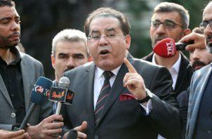 El político egipcio Ayman Nour se pronuncia frente al consulado saudí en Estambul. Foto: EFE.