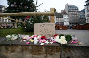 Flores y velas son depositadas en el lugar donde falleció una de las víctimas en el atentado en Estrasburgo (Francia). EFE