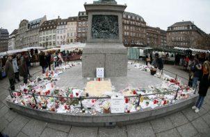 Flores, velas y mensajes cerca del mercadillo de Navidad, donde se produjo el atentado en Estrasburgo (Francia). EFE