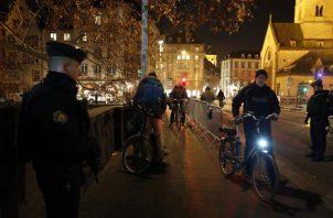 La policía mantiene operativos de búsqueda para atrapar al atacante de unos 29 años. FOTO/AP