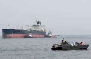 Según el comunicado emitido por este cuerpo militar de elite iraní, su Fuerza Naval estuvo vigilando los movimientos del barco y descubrió que intentaba traficar con el combustible, por lo que pidió una orden judicial para proceder a su detención.