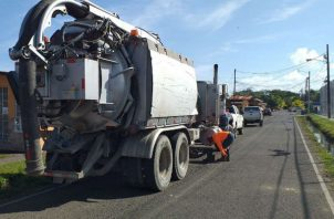 La limpieza incluye la succión a través de un vehículo Vaktor proporcionado por la empresa privada. Foto: Diómedes Sánchez S.
