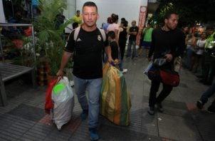 Exmilitares venezolanos al desalojar el hotel en Cúcuta, Colombia. Foto: EFE.