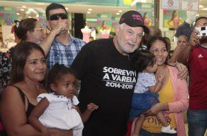 El expresidente Ricardo Martinelli recibió el cariño del pueblo, durante un recorrido que hizo el pasado 10 de agosto en Los Andes Mall. Foto: Víctor Arosemena