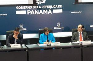 Eyda Varela de Chinchilla tomó las riendas del Ministerio de Economía y Finanzas tras la renuncia de Dulcidio de la Guardia, quien nombró a su esposo. Archivo