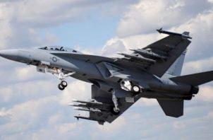 """En el vídeo que divulgó el canal del ministerio de Defensa ruso, """"Zvezdá"""" (Estrella), se ve cómo los cazas rusos obligan al F-18 a alejarse del avión."""