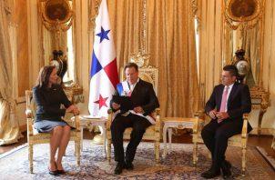 Fabiola Zavarce le entrega las cartas credenciales al presidente de la República Juan Carlos Varela.