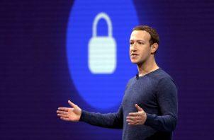 La Federal de Comercio de Estados Unidos, inició su investigación al revelarse que la firma recolectora de datos Cambridge Analytica reunió detalles personales de hasta 87 millones de usuarios de la red social sin su conocimiento. FOTO/AP