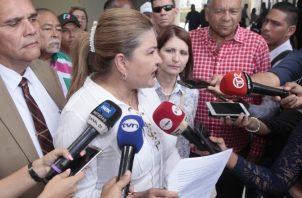 La abogada Alma Cortés, junto a simpatizantes de Martinelli, mostró un fallo previo que ratifica los argumentos a favor de la legalidad de las postulaciones de Martinelli.  Foto de Víctor Arosemena