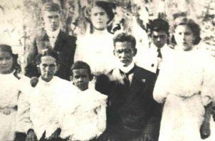 Familia Arias Madrid, año 1905. Aparecen doña Carmen, don Antonio y sus hijos, entre ellos, Arnulfo, el más pequeño, al centro, entre doña Carmen y don Antonio. Harmodio de pie detrás del hombro izquierdo de don Antonio. Foto: Cortesía.