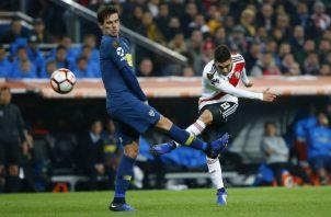 Fernando Gago de Boca Juniors (izq.) intenta marcar a Juan Quintero de River Plate. Foto:AP