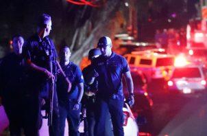 Un grupo de policías en el área de emergencia situada en la entrada del Christmas Hilla Park, donde se celebra el Festival del Ajo de la localidad de Gilroy, en California. FOTO/EFE