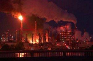 Imágenes de vídeo mostraban a la refinería de Philadelphia Energy Solutions, que procesa 335.000 barriles diarios y que sufrió otro incendio hace 11 días, envuelta en llamas.