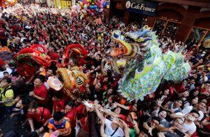 Chinos a lo largo del país y en las comunidades del extranjero dieron hoy la bienvenida al Año Nuevo lunar, en el que el despreocupado y generoso cerdo, duodécimo símbolo del horóscopo, sustituye al alegre pero inconformista perro. FOTO/EFE