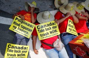 Decenas de personas se manifestaron cerca de las instalaciones de la Embajada de Canadá en Makati, al sur de Manila (Filipinas). La protesta, liderada por el grupo de la Coalición de Desperdicios Ecológicos, exigió el retorno de los residuos de Canadá en el país. Los informes de los medios del pasado 16 de mayo de 2019 informaron que Filipinas ha retirado a su embajador y cónsules de Canadá en una escalada diplomática cada vez mayor sobre toneladas de basura enviadas a Manila. FOTO/EFE