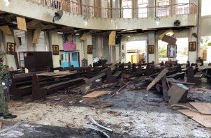 Escombros dentro de una iglesia católica donde explotaron dos bombas en la ciudad de Jolo, Sulu, Filipinas. FOTO/AP