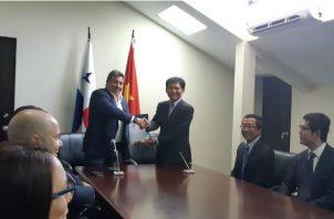 El ministro de Obras Públicas, Ramón Arosemena y Xiaofeng Wang, representante legal del consorcio. @MOPdePAnama