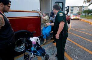Desalojan los centros para ancianos y algunos hospitales en Miami. FOTO/AP