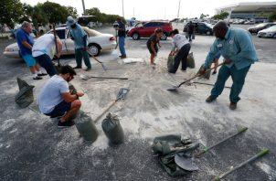 Unas personas sacan sus embarcaciones del agua debido a la llegada del huracán Dorian este viernes en Pelican Marina de North Bay Village, en la coste este de Florida (EE.UU.). FOTO/EFE