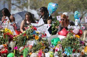 un grupo de personas recuerdan a las víctimas del tiroteo en la escuela Parkland. FOTO/AP