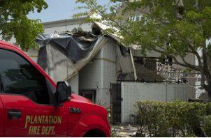 Algunos responsables de los comercios han podido entrar para empezar la reconstrucción de los locales, en medio de montículos de vidrios rotos y escombros.