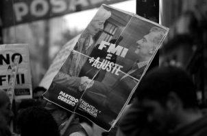 Pancartas en contra del acuerdo con el FMI en las afueras del Congreso argentino, en el mes de mayo.