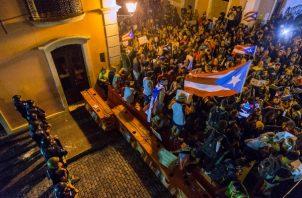 La población sigue manifestándose en las inmediaciones de La Fortaleza, exigiendo la renuncia del Gobernador Ricardo Rosselló. FOTO/AP