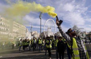 Los manifestantes, conocidos como chaquetas amarillas, protestan en Marsella, sur de Francia, FOTO/AP