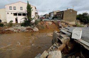 Un puente destrozado tras las inundaciones en Villegailhenc, en Francia. EFE