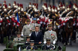 La celebración este domingo de la fiesta nacional francesa sobrepasó sus fronteras nacionales con un claro carácter europeo al contar con los otros nueve países con los que Francia ha lanzado la fuerza militar de actuación rápida.
