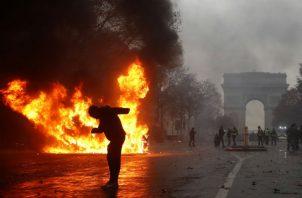 La escalada de tensión ha sido más que notable y el lanzamiento de cócteles molotov, adoquines a los que los antidisturbios respondieron con gases lacrimógenos y cañones de agua ha marcado el ritmo de la jornada.
