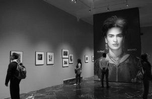 """Fotografías de la exposición """"Frida Kahlo: A través del lente de Nickolas Muray"""" en las Galerías del Palacio, en la ciudad de Puebla, México. Foto: EFE."""