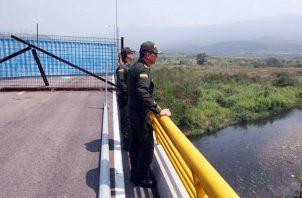 El diputado opositor Franklyn Duarte denunció que el Ejército venezolano está bloqueando el puente fronterizo de Tienditas que une el país caribeño y Colombia. FOTO/EFE