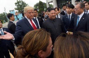 Kim se ha aproximado desde el pabellón Panmungak, el lado norte de la JSA, y se ha dirigido a la línea de demarcación militar (MDL), donde le esperaba Trump. FOTO/AP