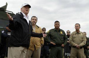 Trump en su gira por la frontera con México. Foto: AP.