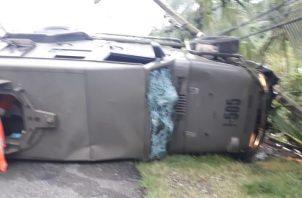 El camión se estrelló con un poste del tendido eléctrico y luego se volcó. Foto/Diómedes Sánchez