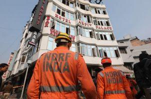 Unos 100 bomberos y 25 camiones participaron en las labores de extinción de las llamas, que afectaron a todo el edificio salvo a la planta baja. FOTO/EFE