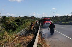 Varios bomberos se han visto afectados en la maniobra de extinción de los incendios de masa vegetal. Foto/Eric Montenegro