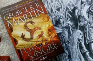 """Portada del libro de R.R. Martin """"Fuego y Sangre""""."""