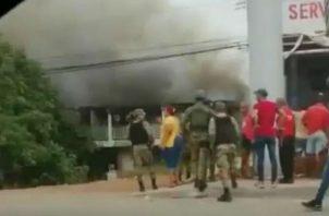 Los bomberos se apersonaron al lugar del siniestro. Foto: Diómedes Sánchez S.