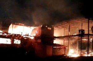 El jefe bomberil aseguró que la llamada para alertar sobre el incendio se registró a las tres de la madrugada y que tomó unas dos horas y media controlar el incendio,
