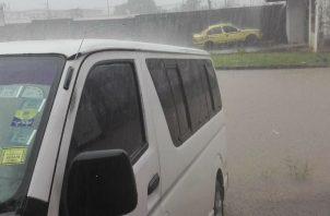 Las calles se inundaron por la fuerte lluvia. Foto: Diómedes Sánchez S.