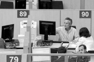 Los servidores públicos deben tener un nivel de competencia. Foto: EFE.