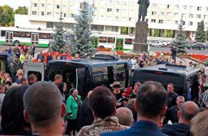 Miles de personas asistieron al entierro de cinco ingenieros nucleares rusos muertos por una explosión durante las pruebas de un nuevo cohete. Los ingenieros, que murieron el jueves, fueron enterrados el lunes en la ciudad de Sarov, que alberga el principal centro de investigación de armas nucleares de Rusia. (Corporación Estatal Rusa de Energía Atómica) FOTO/AP